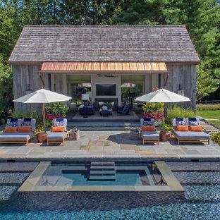 Foto de casa de la piscina y piscina campestre, de tamaño medio, rectangular, en patio trasero