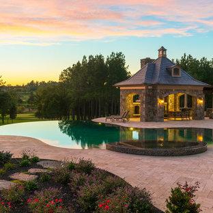 Modelo de piscinas y jacuzzis infinitos, clásicos, grandes, a medida, en patio trasero, con suelo de baldosas