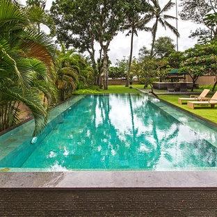 Cette photo montre des abris de piscine et pool houses asiatiques de taille moyenne et rectangles avec une cour et du carrelage.