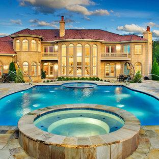 Cette photo montre une piscine chic sur mesure.
