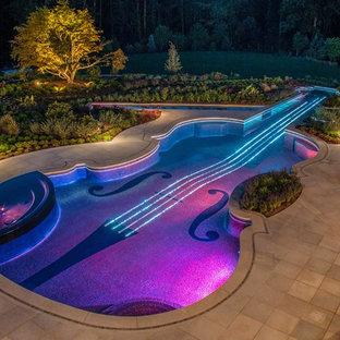 Foto de piscinas y jacuzzis bohemios, a medida, en patio trasero