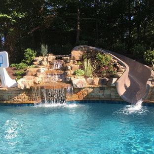 Imagen de piscina con tobogán natural, tropical, extra grande, a medida, en patio trasero