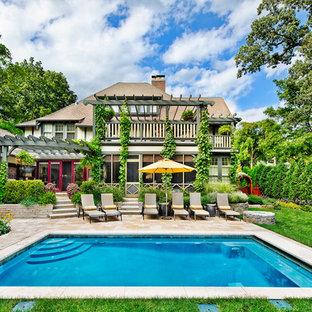 Imagen de piscina alargada, tradicional, grande, rectangular, en patio trasero, con adoquines de hormigón