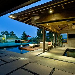 Imagen de casa de la piscina y piscina minimalista, grande, rectangular y interior, con adoquines de piedra natural