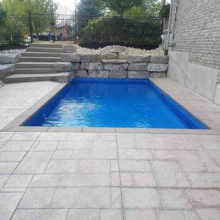Imagen de piscina con fuente natural, rural, pequeña, a medida, en patio trasero, con suelo de hormigón estampado