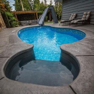 Foto de piscina tradicional, pequeña, tipo riñón, con suelo de hormigón estampado