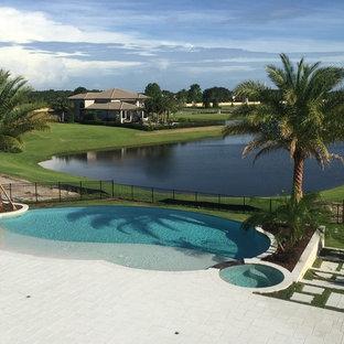 Großer, Gefliester Kolonialstil Whirlpool hinter dem Haus in runder Form in Orlando