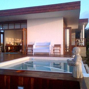 Immagine di una piccola piscina fuori terra etnica personalizzata sul tetto con una vasca idromassaggio e pedane