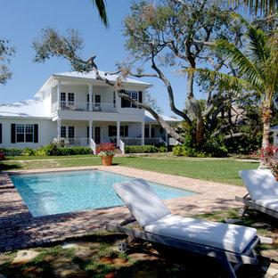 Foto di una grande piscina monocorsia costiera rettangolare dietro casa con una dépendance a bordo piscina e pavimentazioni in mattoni
