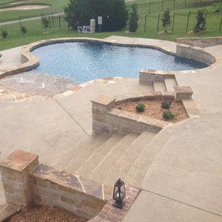 Diseño de piscina con fuente alargada, clásica, extra grande, a medida, en patio trasero, con losas de hormigón