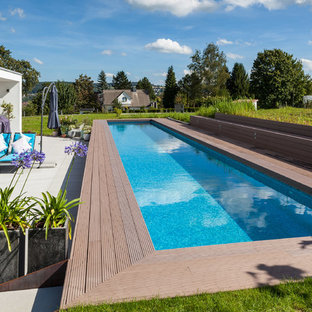 Idee per una piscina monocorsia contemporanea rettangolare di medie dimensioni e dietro casa con pedane