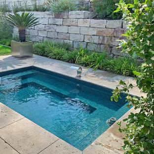 Imagen de piscina elevada, contemporánea, pequeña, rectangular, en patio lateral, con adoquines de piedra natural