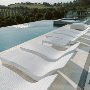 Foto de piscinas y jacuzzis elevados, contemporáneos, de tamaño medio, rectangulares, en azotea, con adoquines de piedra natural