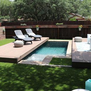 Diseño de piscina minimalista, pequeña, rectangular, en patio trasero, con entablado