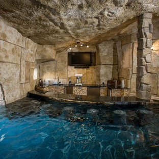 Foto de casa de la piscina y piscina tradicional renovada, extra grande, a medida, en patio trasero, con adoquines de piedra natural