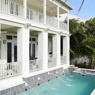 Modelo de piscina con fuente alargada, exótica, de tamaño medio, rectangular, en patio trasero