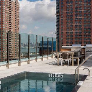 Ejemplo de casa de la piscina y piscina alargada, moderna, de tamaño medio, rectangular, en azotea