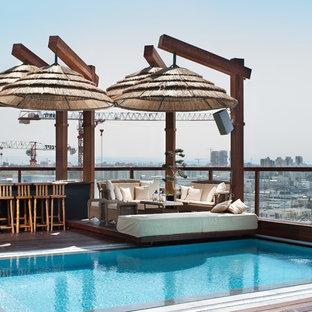 Ejemplo de piscina con fuente infinita, de estilo zen, rectangular, en azotea, con entablado