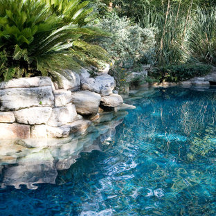 Imagen de piscinas y jacuzzis naturales, rurales, de tamaño medio, a medida, en patio trasero, con adoquines de ladrillo