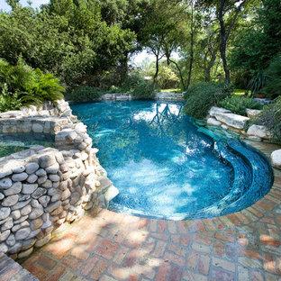 Modelo de piscinas y jacuzzis naturales, rústicos, de tamaño medio, a medida, en patio trasero, con adoquines de ladrillo