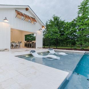 Imagen de piscina con fuente natural, de estilo de casa de campo, extra grande, rectangular, en patio trasero, con adoquines de hormigón
