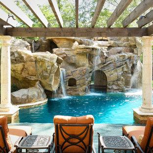 Idée de décoration pour une piscine naturelle et arrière méditerranéenne sur mesure avec un toboggan.