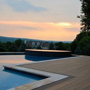 Diseño de piscina ecléctica, de tamaño medio, a medida, en patio trasero, con entablado