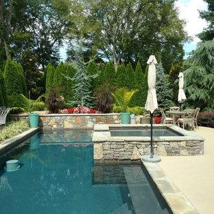 Diseño de piscinas y jacuzzis alargados, tradicionales, de tamaño medio, rectangulares, en patio trasero, con suelo de hormigón estampado
