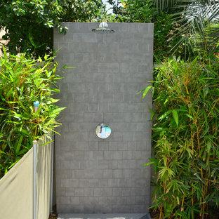 Ejemplo de piscina alargada, nórdica, de tamaño medio, rectangular, en patio trasero, con entablado