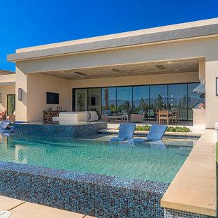 Imagen de piscinas y jacuzzis elevados, contemporáneos, rectangulares, en patio trasero
