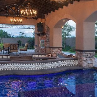 Ejemplo de piscinas y jacuzzis naturales, mediterráneos, de tamaño medio, tipo riñón, en patio trasero, con adoquines de ladrillo