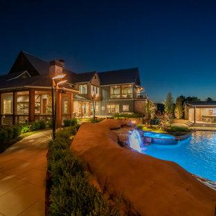 Ejemplo de piscina natural, campestre, extra grande, a medida, en patio trasero, con privacidad y adoquines de piedra natural