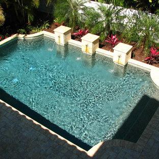 タンパの中サイズの長方形地中海スタイルのおしゃれな裏庭プール (レンガ敷き) の写真