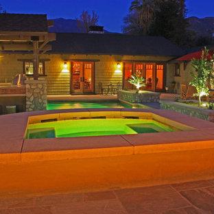 Diseño de piscinas y jacuzzis de estilo americano, grandes, a medida, en patio trasero, con adoquines de hormigón