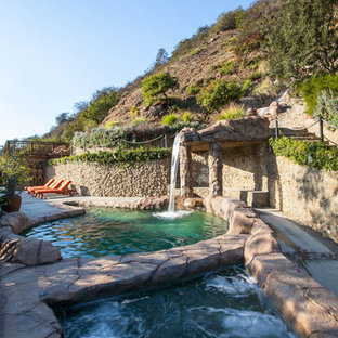 Foto de piscina con fuente natural, bohemia, grande, a medida, en patio lateral, con suelo de hormigón estampado