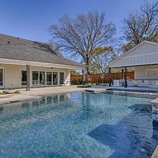 Foto de piscinas y jacuzzis alargados, de estilo americano, grandes, rectangulares, en patio trasero, con losas de hormigón