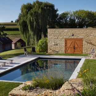 Ispirazione per una piscina country rettangolare con pedane