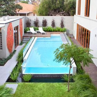 Ispirazione per una piscina fuori terra minimal rettangolare di medie dimensioni e dietro casa con pedane