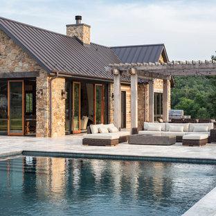Foto de casa de la piscina y piscina alargada, campestre, grande, rectangular, en patio trasero, con adoquines de piedra natural