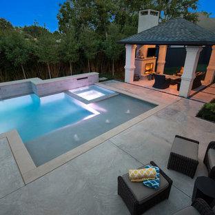 Diseño de piscinas y jacuzzis alargados, minimalistas, de tamaño medio, a medida, en patio trasero, con losas de hormigón
