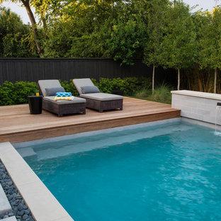 Foto de piscinas y jacuzzis alargados, modernos, de tamaño medio, a medida, en patio trasero, con losas de hormigón