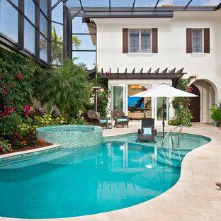 Foto de piscinas y jacuzzis alargados, clásicos renovados, a medida, en patio trasero, con suelo de baldosas