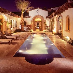 Diseño de piscina con fuente alargada, vintage, de tamaño medio, rectangular, en patio, con adoquines de piedra natural
