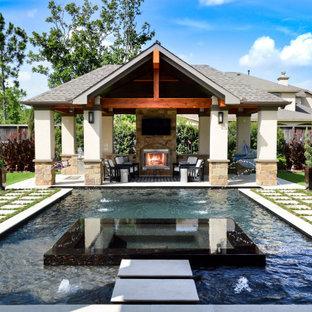 Diseño de casa de la piscina y piscina clásica, grande, a medida, en patio trasero, con adoquines de piedra natural