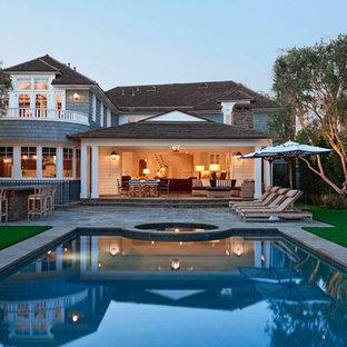 Diseño de piscinas y jacuzzis clásicos, grandes, rectangulares, en patio trasero, con adoquines de piedra natural