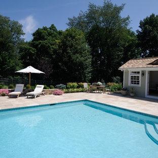 Modelo de casa de la piscina y piscina clásica, grande, rectangular, en patio trasero