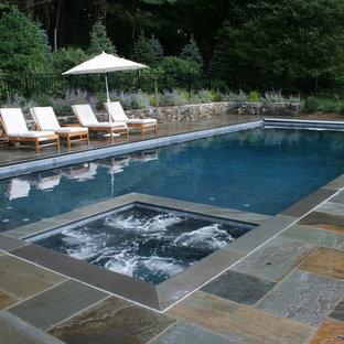 Ejemplo de piscina tradicional, rectangular, con adoquines de piedra natural