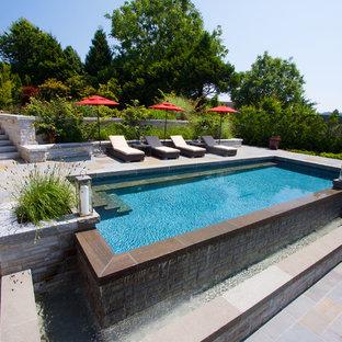 Klassischer Infinity-Pool hinter dem Haus in rechteckiger Form in Vancouver