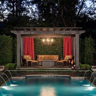 Diseño de piscina con fuente tradicional rectangular