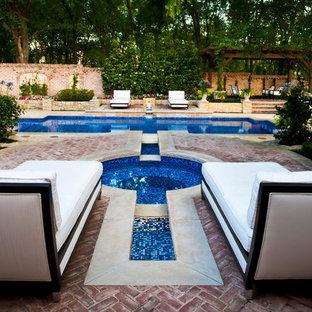 Imagen de piscinas y jacuzzis alargados, tradicionales, grandes, rectangulares, en patio trasero, con adoquines de ladrillo